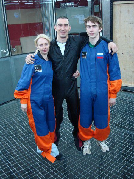Семья Иванишиных перед полетом в аэродинамической трубе.