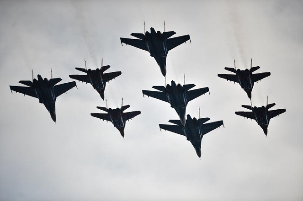 Многоцелевые истребители Су-30 СМ и Су-35 С парадного строя авиации Воздушно-космических сил.