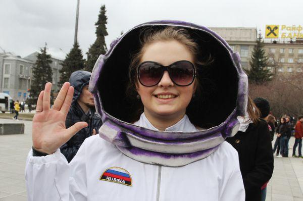 Новосибирские космонавты слали привет далёким галактикам, складывая пальцы подобно героям «Звёздного пути».