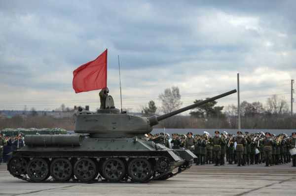 Танк Т-90А механизированной колонны войск Московского гарнизона Центрального военного округа во время тренировки к военному параду, посвященному 71-й годовщине Победы в Великой Отечественной войне, на подмосковном полигоне в Алабино.