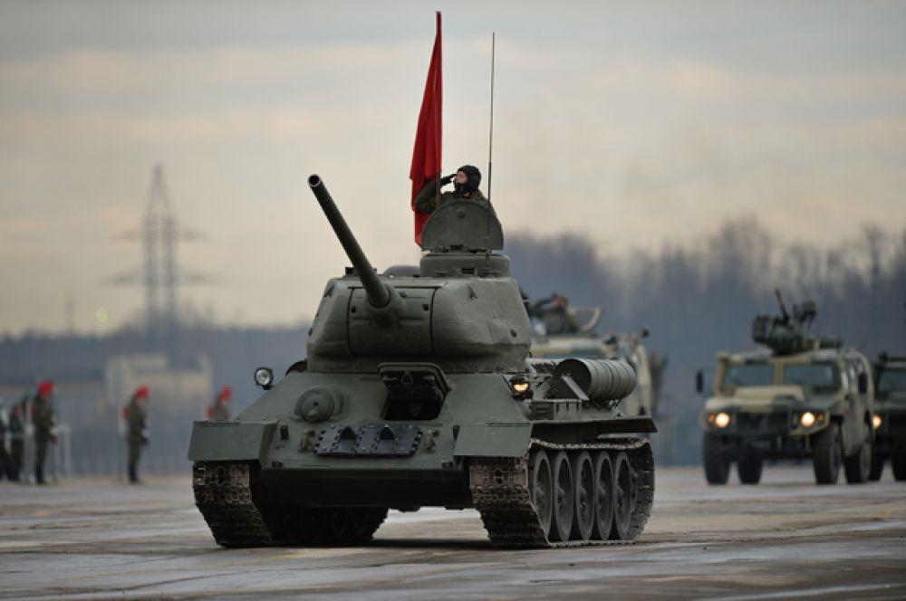 Танк Т-34-85 и бронеавтомобили «Тигр».