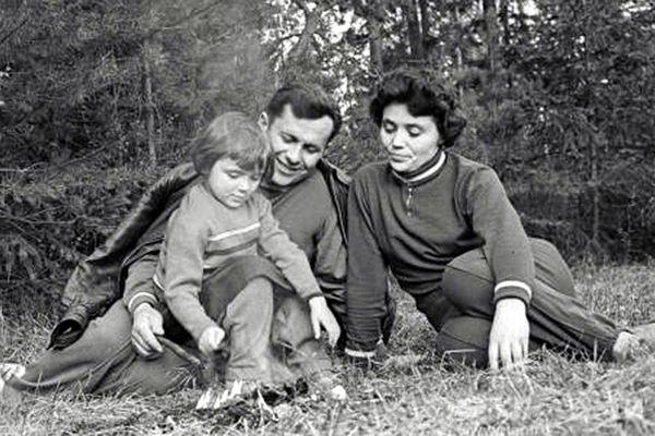 По словам жены Аллы, именно Попович предложил, что бы первым в космос летел Гагарин