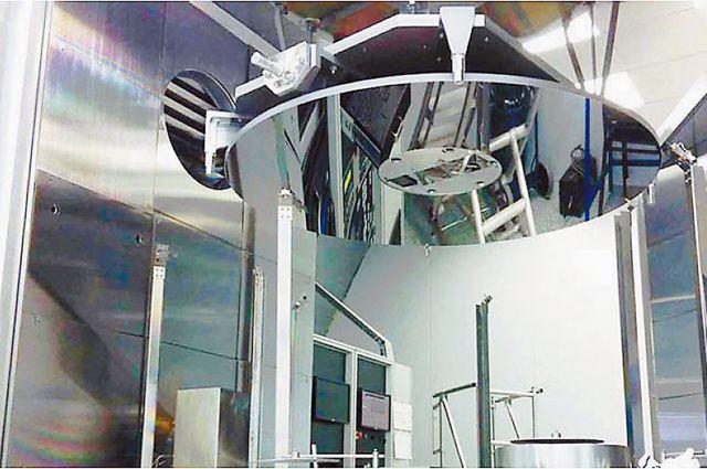 Точно таким же будет главное зеркало будущего телескопа, а это пока - макетный образец.