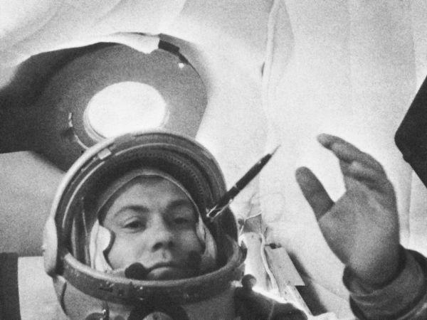 Павел Попович-летчик-космонавт, дважды Герой Советского Союза, генерал-майор авиации. Родился в городе Узин ныне Белоцерковского района Киевской области Украины
