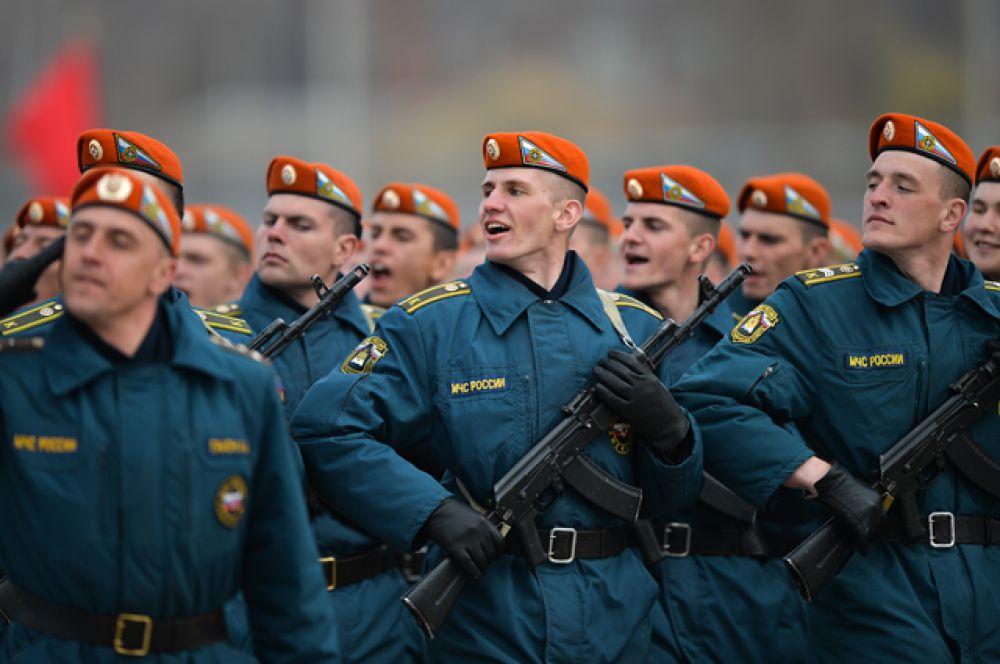 Участники пеших колонн парадного расчета войск Московского гарнизона Центрального военного округа во время тренировки к военному параду, посвященному 71-й годовщине Победы в Великой Отечественной войне, на подмосковном полигоне в Алабино.
