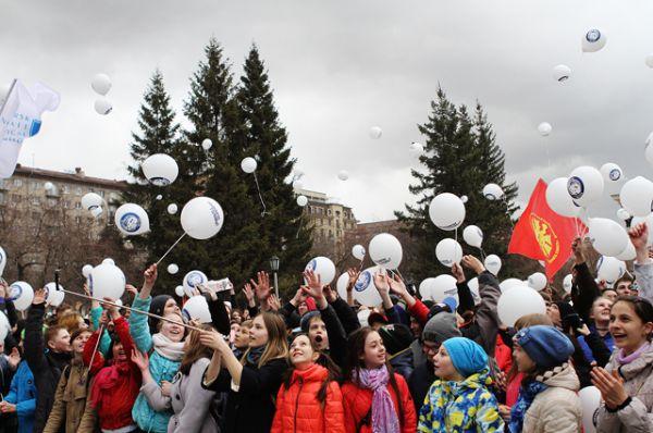 В честь первого космонавта Юрия Гагарина горожане запустили в небо шары.