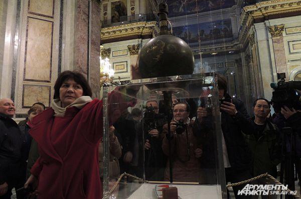Каждый посетитель собора смог прикоснуться к великому изобретению.
