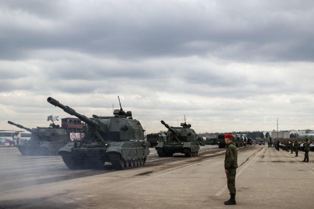 Самоходные артиллерийские установки «Коалиция-СВ» механизированной колонны войск Московского гарнизона Центрального военного округа.