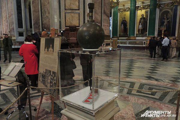 Маятник Фуко можно увидеть на временной экспозиции в Исаакиевском соборе .