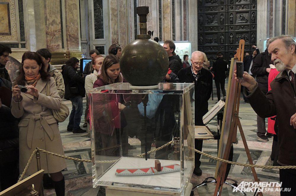 Конструкция представляет собой металлический шар с наконечником и деревянный брусок.