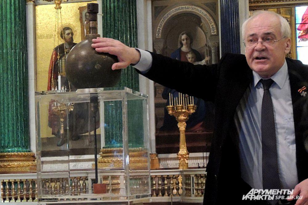 Директор музея помнит маятник Фуко с детства.
