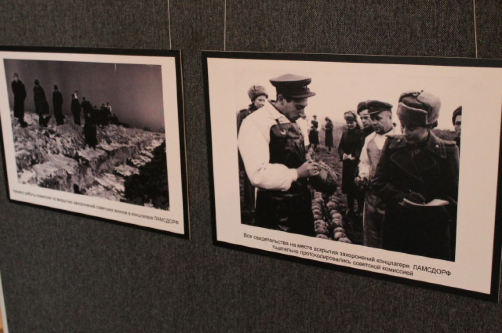 Фотографии рассказывают о работе советской комиссии по эксгумации останков советских военнопленных, обнаруженных в 176 могильных ямах.