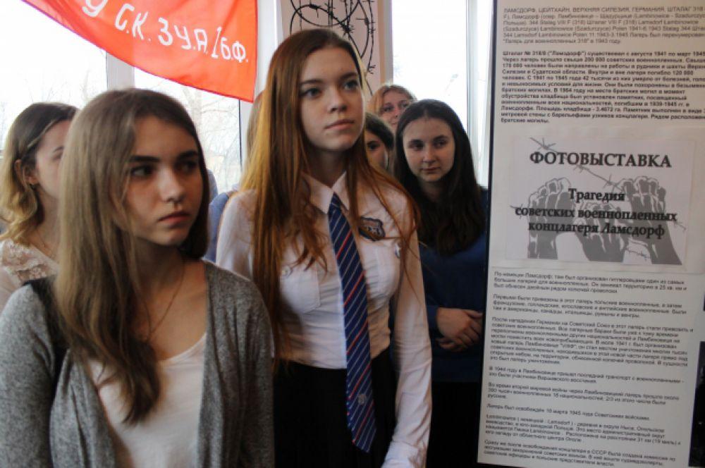 На открытие выставки пришли школьники