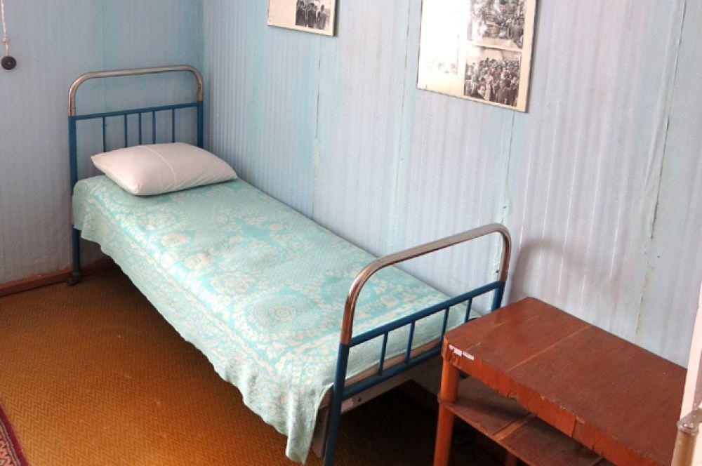 Кровать, на которой спал Юрий Гагарин. Советские власти перед визитом иностранных делегаций заменили ее на более презентабельную. Однако Герман Титов отстоял историческую справедливость.