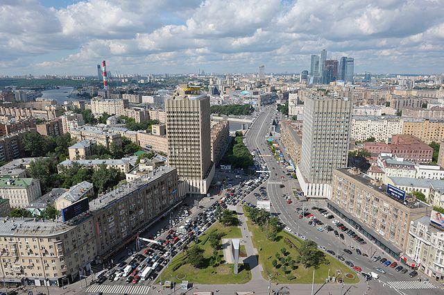 Вид на улицу Смоленская, гостиницу Белград, Бородинский мост и Смоленскую-Сенную площадь с крыши здания МИД РФ.