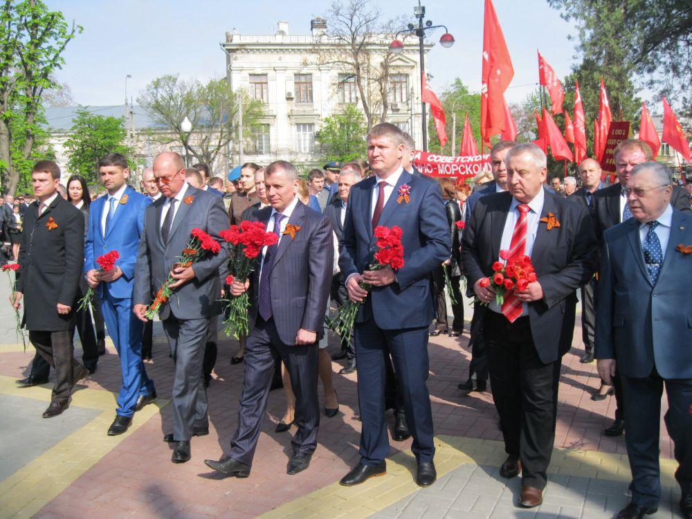 Крымский спикер Владимир Константинов (в центре), первый вице-премьер Михаил Шеремет (справа) и глава администрации города Геннадий Бахарев (слева)