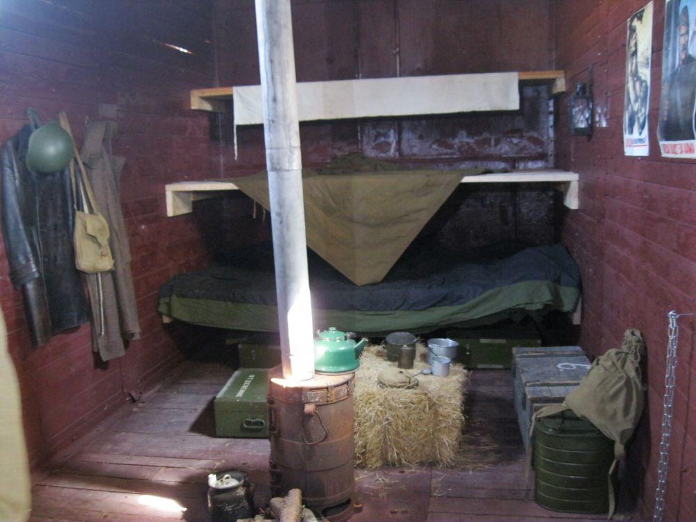 ... а также крытым вагоном-теплушкой, в котором оборудован передвижной музей.
