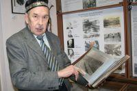 Равиль Сабитов бережно хранит пожелтевшие снимки военных лет - свидетельствующие о том, как сотрудники Ботанического сада вносили вклад в приближение Победы.