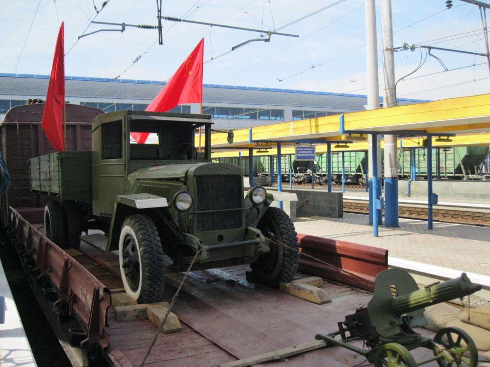 Состав был укомплектован платформой с образцами артиллерийского и стрелкового оружия времен Великой Отечественной войны...