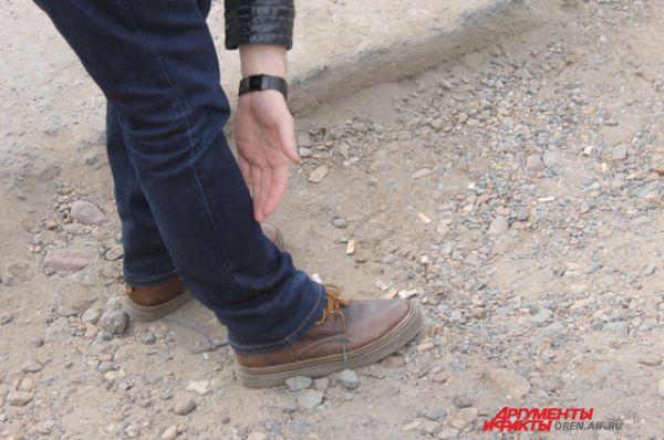 Меряем яму возле остановки «АТП» на проспекте Дзержинского