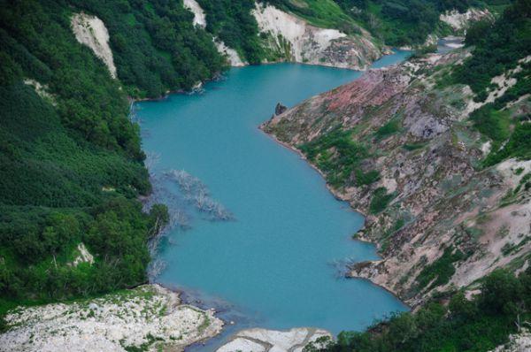 Вид на озеро Гейзерное в Долине Гейзеров в Кроноцком государственном природном биосферном заповеднике на Камчатке, которое образовалось в 2007 году в результате схода мощного селя.