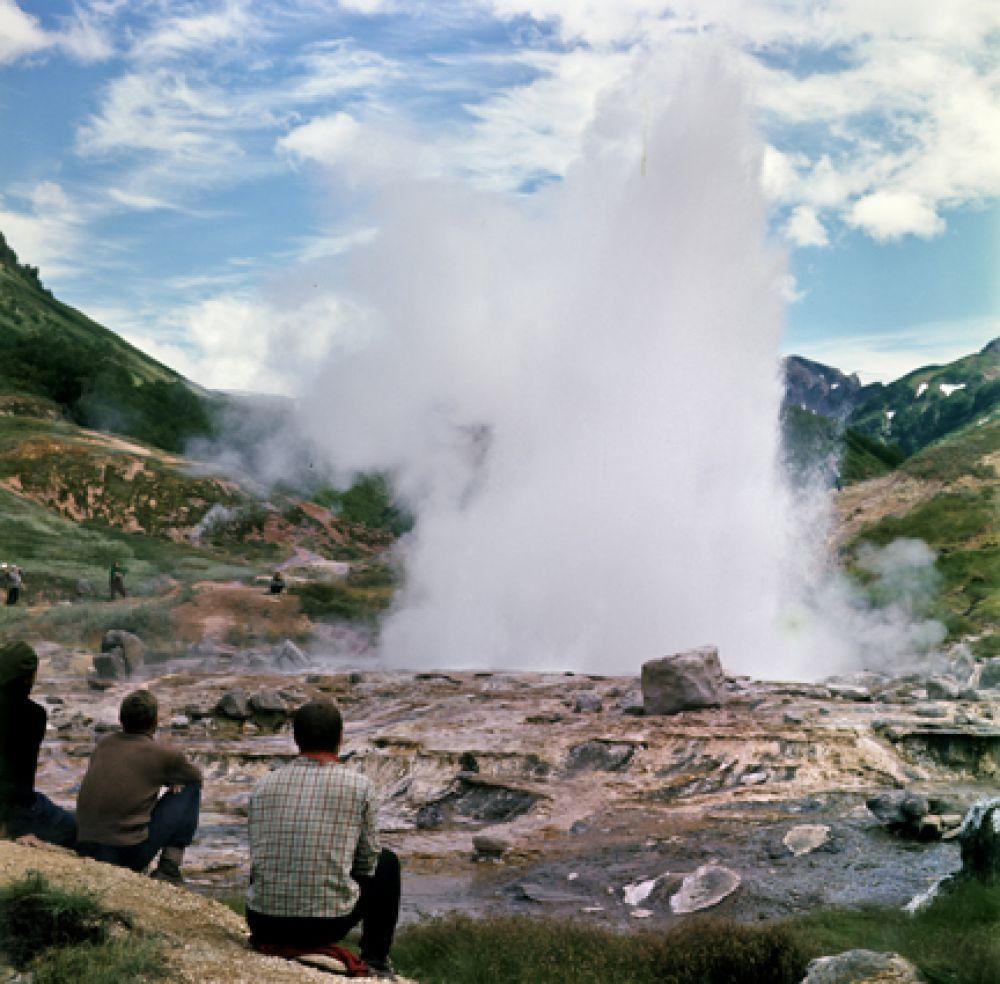 Извержение гейзера Великан.