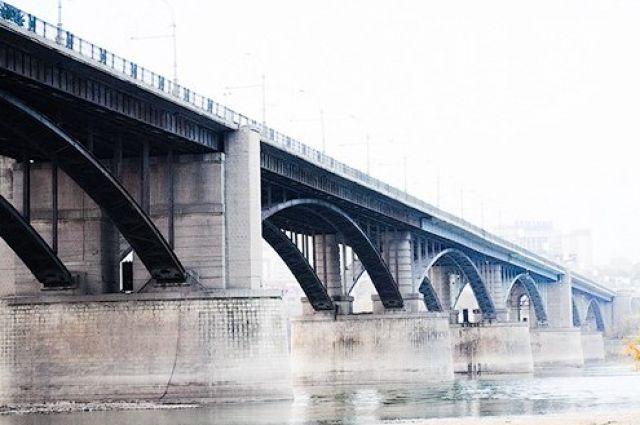 Девушка хотела прыгнуть с моста