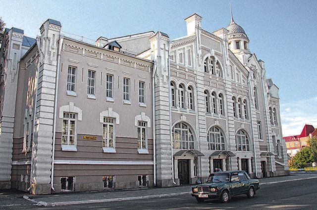 Народный дом в Бийске строился на средства купца Павла Копылова. В нём располагались театр, библиотека, буфет, банк и прачечная.