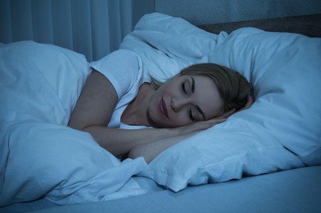 Не забывайте гасить свет в спальне и плотно задёргивать шторы. Только если мы спим в темноте, организм вырабатывает жизненно важный гормон мелатонин.