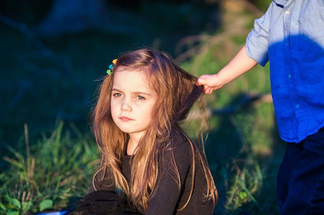 Агрессивным поведением ребёнок пытается восполнить свою обиду и несостоятельность.