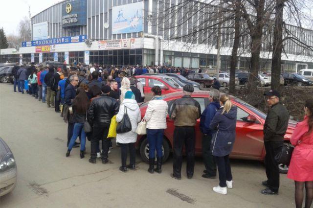 Очередь за билетами на финальные игры , которые пройдут в Ижевске 17 и 18 апреля.