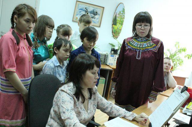 Школьники наблюдают за процессом вёрстки в редакции