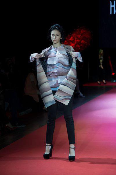 Эту блузку сложного кроя можно и в офис надеть, и на вечеринку.