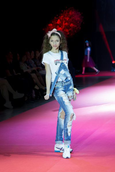 Коллекция Виктории Шкариной включает и моду для подростков.