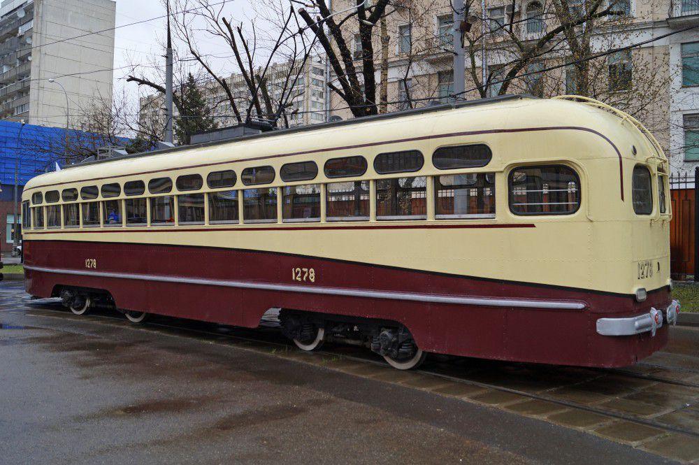 Колонна старинных и новых трамваев около депо им. Апакова перед началом праздника.