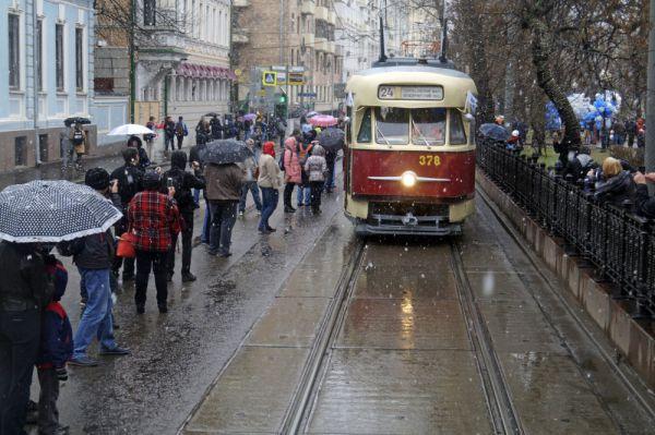 Колонна старинных и новых трамваев едет по улицам Москвы перед началом праздника московского трамвая на Чистопрудном бульваре.