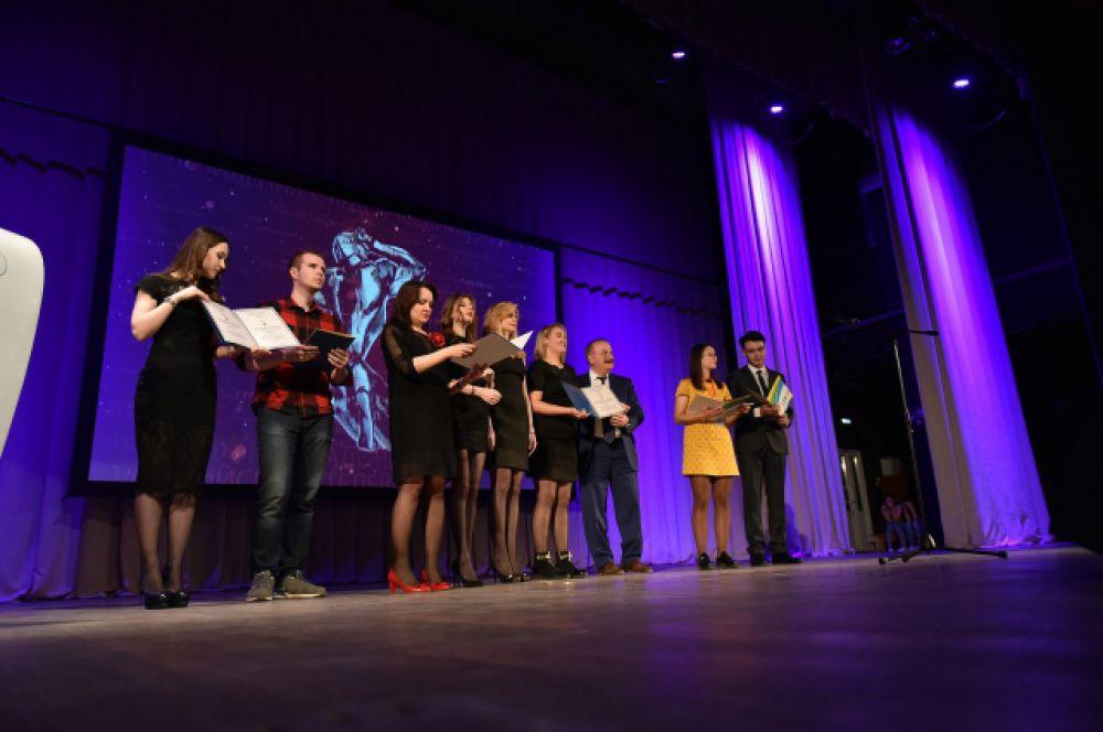 Победители получили приз – статуэтку, созданную членом Академии Российского телевидения, руководителем и креативным директором студии Shandesign Сергеем Шановичем, и «золотые» дипломы.