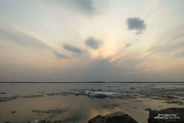 В этом году ледоход на Амуре начался раньше обычного.