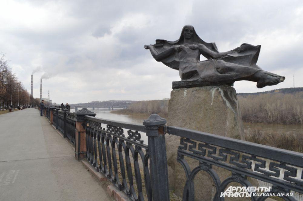 Памятник реке Томи тоже можно увидеть на Набережной. Он изображён в виде молодой женщины, раскинувшей руки в разные стороны. Немногие знают, что это памятник нашей известной реке – никаких табличек рядом с ним нет.