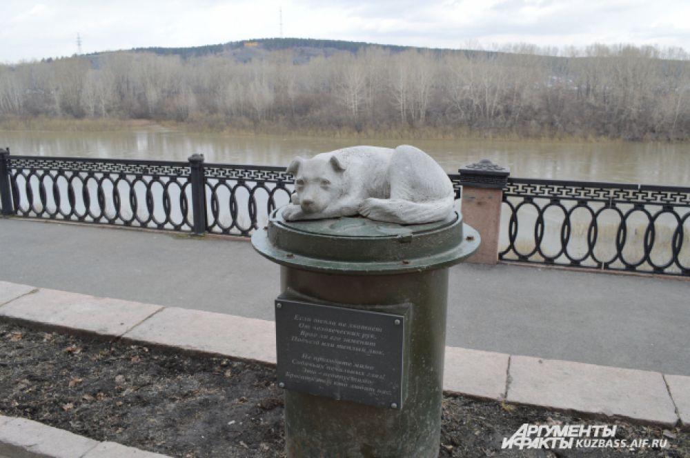 Памятник бездомной собаке расположился на Набережной и недаром стал излюбленным памятником кемеровчан – на нём написан пронзительный стих, который в очередной раз напоминает про проблему бездомных животных.