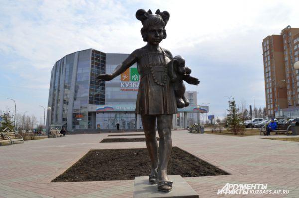 Скульптурная композиция на Бульваре Строителей «Модница» с 2013 года «посылает» всем кузбассовцам пожелания добра, здоровья и семейного благополучия.