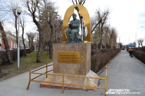 Памятник британскому писателю в сквере «Орбита» Лобсангу Рампе, который считал себя тибетским ламой, вселившимся в тело англичанина. По информации некоторых источников, памятник является энергетическим местом силы и порталом  в далёкие восточные страны и чудесные миры, которые описывал писатель.