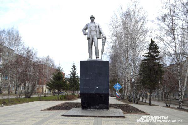 Ещё один памятник шахтёрам стоит на проспекте Шахтёров напротив администрации Рудничного района. Он установлен в далёком 1980 году на средства ныне закрытой шахты «Северная».