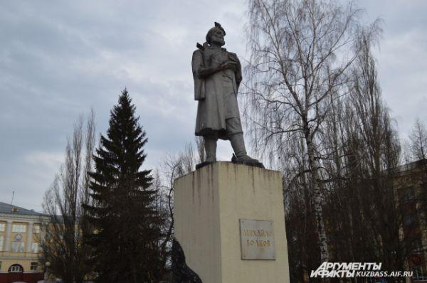 Памятник 1968 года Михайле Волкову, первооткрывателю Кузнецкого угля, который впоследствии стал известен всему миру, находится напротив научной библиотеки им. Фёдорова. Именно рудознатец Волков в 1721 году открыл в семи верстах от Верхотомского острога «горелую гору в 20 сажен высотою».