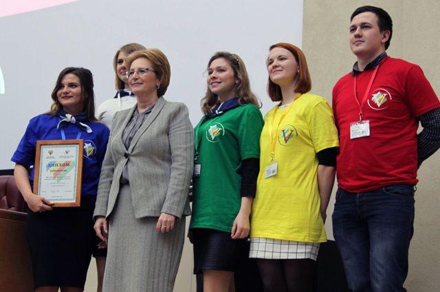 Лучшие студенческие работы получили награды. Их ребятам вручила министр В. Скворцова.