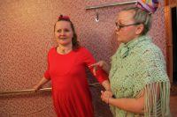 Даша гордится тем, что может сама, держась за стенку, дойти  до кухни и помыть посуду.