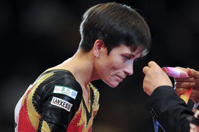 Оксана Чусовитина, завоевавшая серебряную медаль в опорном прыжке в финале женских соревнований на чемпионате мира по спортивной гимнастике в Токио, на церемонии награждения. Токио, 2011 год.