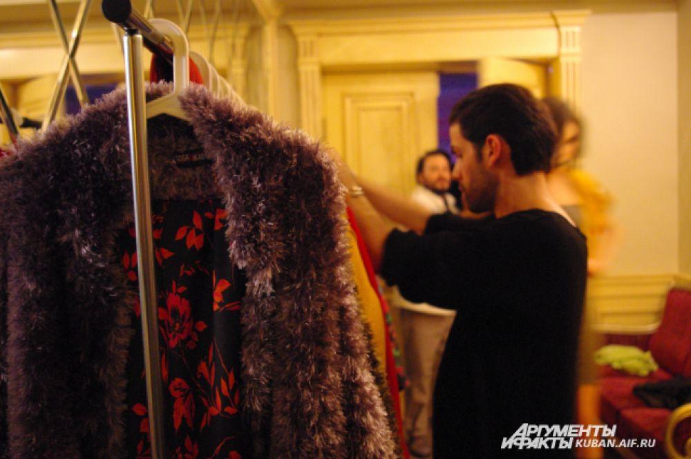 Гога Никабадзе лично подбирает костюмы для своих моделей.