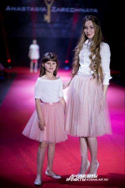 Мамы и дочери даже одеваются одинаково. Образ от Анастасии Заречной.