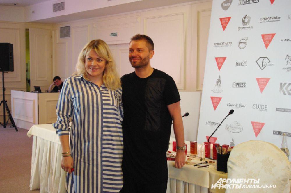 Сергей Турчанинов на фото с участницей Недели моды в Краснодаре, которой только что сделал освежающий бьюти-макияж.